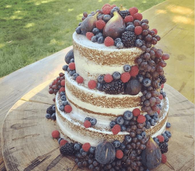 フルーツが溢れるウェディングケーキ
